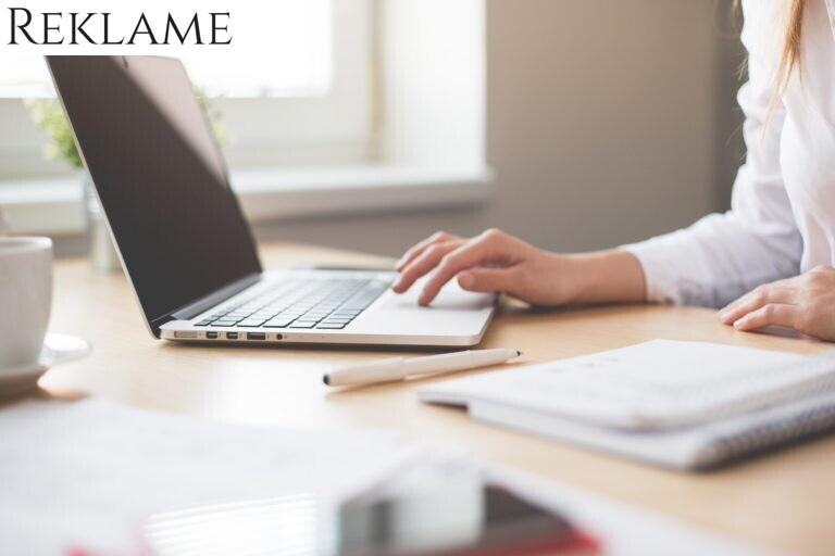 Kvinde arbejder ved skrivebord